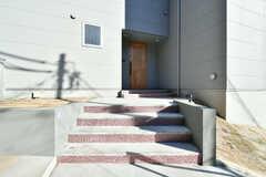 階段先が玄関です。(2018-01-25,周辺環境,ENTRANCE,1F)