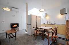 シェアハウスのリビングの様子2。床はコンクリートの洗い出し仕上げです。(2011-05-31,共用部,LIVINGROOM,1F)
