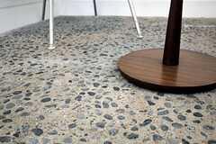 床はコンクリートの洗い出し仕上げです。(101号室)(2011-05-31,専有部,ROOM,1F)