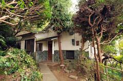 シェアハウスの外観。緑に囲まれています。(2011-10-20,共用部,OUTLOOK,1F)