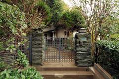 シェアハウスの門扉。坂道の途中にあります。(2011-10-20,周辺環境,ENTRANCE,1F)