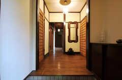 正面玄関から見た内部の様子。土間の右手に靴箱があります。(2011-10-20,周辺環境,ENTRANCE,1F)