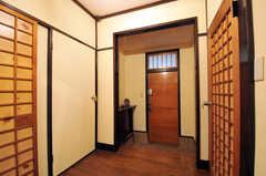 内部から見た玄関周りの様子。右側のドアが101号室、左が102号室です。(2011-10-20,周辺環境,ENTRANCE,1F)