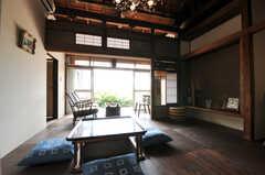 リビングの様子。ウッドデッキのテラスまでが一体となっていて、とても抜けの良い空間です。(2011-10-20,共用部,LIVINGROOM,1F)
