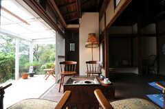火鉢もあります。天板にはガラス板を乗せる予定との事で、テーブル代わりに使えます。(2011-10-20,共用部,LIVINGROOM,1F)