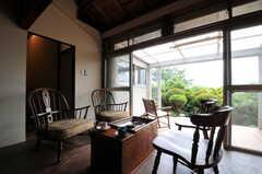 火鉢を囲んでレトロなソファと木製のチェアが置かれています。(2011-10-20,共用部,LIVINGROOM,1F)