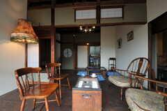 ウッドデッキから見たリビングの様子。廊下を挟んでキッチンも見えます。(2011-10-20,共用部,LIVINGROOM,1F)