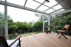 ウッドデッキのテラスの様子。傾斜地に建っているので眺めも良いです。(2011-10-20,共用部,OTHER,1F)