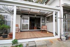 ウッドデッキのテラスの様子2。屋根があるので、雨でも使えます。(2011-10-20,共用部,OTHER,1F)
