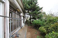 建物のまわりを歩くと裏庭へ出られます。(2011-10-20,共用部,OTHER,1F)
