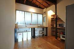 廊下側から見たキッチンの様子。(2011-10-20,共用部,KITCHEN,1F)