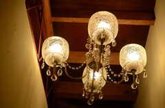 廊下の照明もシャンデリアです。(2011-10-20,専有部,ROOM,1F)