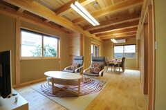 リビングの様子。無垢材・土壁など家のほとんどが天然素材で作られています。(2013-09-24,周辺環境,ENTRANCE,1F)
