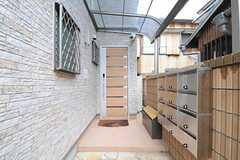 シェアハウスの正面玄関。ドアの右手前にあるのが集合ポストです。(2013-02-15,周辺環境,ENTRANCE,1F)