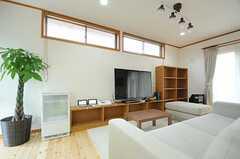 右手に見える掃き出し窓から、テラスに出ることができます。(2013-02-15,共用部,LIVINGROOM,1F)