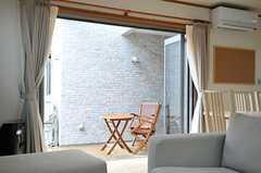 折り戸の掃き出し窓を開けると、とても解放的。(2013-02-15,共用部,LIVINGROOM,1F)
