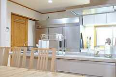 ダイニングテーブルから見たキッチンの様子。(2013-02-15,共用部,LIVINGROOM,1F)