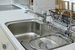 シンクの様子。浄水専用の吐水口もあります。(2013-02-15,共用部,KITCHEN,1F)