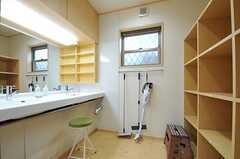 洗面室の様子。2台ある洗面台の向かいは、タオルや歯磨きなどを置ける収納があります。(2013-02-15,共用部,OTHER,1F)