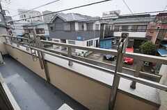 窓の外は共用のベランダになっています。(208室)(2013-02-15,専有部,ROOM,2F)