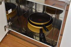 ガスコンロの下は共用の鍋やフライパンが収納されています。(2017-05-22,共用部,KITCHEN,1F)