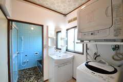 バスルームの脱衣室の様子。洗面台・洗濯機・乾燥機が用意されています。(2017-05-22,共用部,LAUNDRY,1F)