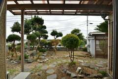 専有部から見た庭の様子。庇(ひさし)が付いています。(101号室)(2019-10-10,専有部,ROOM,1F)