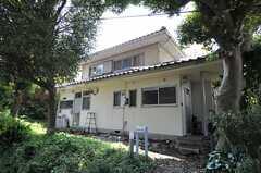 シェアハウスの外観。周辺は緑に囲まれています。(2012-04-24,共用部,OUTLOOK,1F)