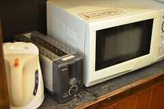 電気ケトルとトースター、電子レンジが並んでいます。(2012-04-24,共用部,OTHER,2F)