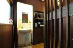 廊下に設置された洗面台の様子。(2012-04-24,共用部,OTHER,2F)