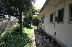 建物脇を通って庭へ行くことが出来ます。(2012-04-24,共用部,OTHER,1F)
