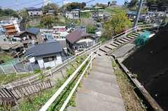周辺は階段と坂道。自転車を運ぶのも難しいので、近所の方は階段の下に置いているのだそう。(2012-04-24,共用部,ENVIRONMENT,1F)
