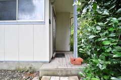 シェアハウスの玄関。足元は段差になっています。(2019-07-17,周辺環境,ENTRANCE,1F)