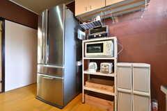 ラックにはトースター、電子レンジ、電気ケトル、炊飯器が設置されています。(2019-07-17,共用部,KITCHEN,1F)