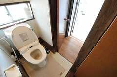 なんと、トイレの奥にドアがあります。ドアを抜けた先の廊下から女性専用のエリアです。なので、トイレのドアの鍵は2方向で閉めましょう。(2011-05-09,共用部,TOILET,1F)