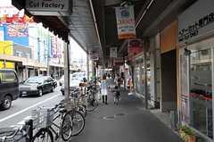 京急線・追浜駅からシェアハウスへ向かう道の様子。商店街が続いています。(2011-05-09,共用部,ENVIRONMENT,1F)