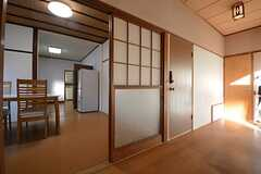 玄関を上がった廊下の様子。左手がダイニングです。(2014-12-08,共用部,OTHER,1F)