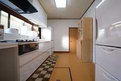 キッチンの様子。正面奥のドアがバスルームです。(2014-12-08,共用部,KITCHEN,1F)