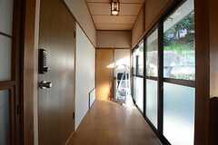 廊下の様子。正面奥のドアがトイレ、左手のドアが専有部です。(2014-12-08,共用部,OTHER,1F)