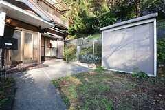 玄関前には物干しスペースが設けられています。(2014-12-08,共用部,OTHER,1F)