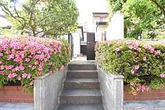 階段の先、突きあたりが玄関です。(2016-05-19,周辺環境,ENTRANCE,1F)