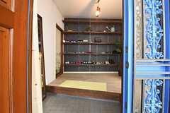 玄関から見た内部の様子。正面が靴箱です。(2016-05-19,周辺環境,ENTRANCE,1F)