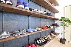 靴箱の様子。専有部ごとに使えるスペースが決まっています。(2016-05-19,周辺環境,ENTRANCE,1F)