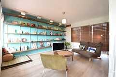 リビングの壁の色はクリケット・グリーンというのだそう。棚には本や雑貨が飾られています。(2016-05-19,共用部,LIVINGROOM,2F)