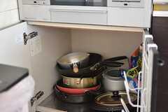 ガスコンロの下は共用のフライパンや鍋が置かれています。(2016-05-19,共用部,KITCHEN,2F)