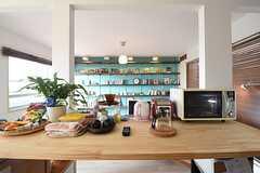 キッチン前の作業台の様子。電子ケトルや電子レンジが置かれています。(2016-05-19,共用部,KITCHEN,2F)