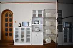 キッチン家電と食器棚の様子。(2015-02-16,共用部,KITCHEN,1F)