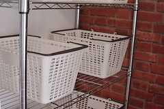 各部屋ごとに食材などを収納できるバスケット。(2015-02-16,共用部,KITCHEN,1F)