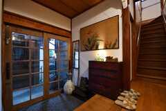 内部から見た玄関の様子。玄関には古い料亭で飾られていた絵が掛けられています。(2017-10-13,周辺環境,ENTRANCE,1F)