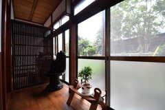 縁側の様子2。縁側にはタイの古い椅子が置かれています。掃出し窓から庭へ出られます。(2017-10-13,共用部,OTHER,1F)